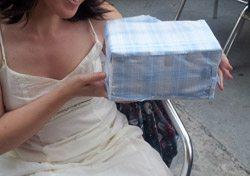 Pintauñas, papel de regalo, condones y vinagre