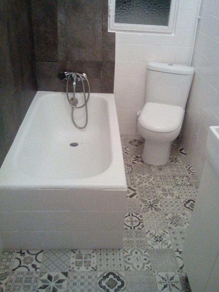 Renovar el suelo del ba o sin obra en una tarde treinta - Revestimientos banos sin obra ...