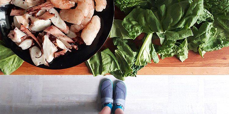 Espinacas con gambas y champiñones