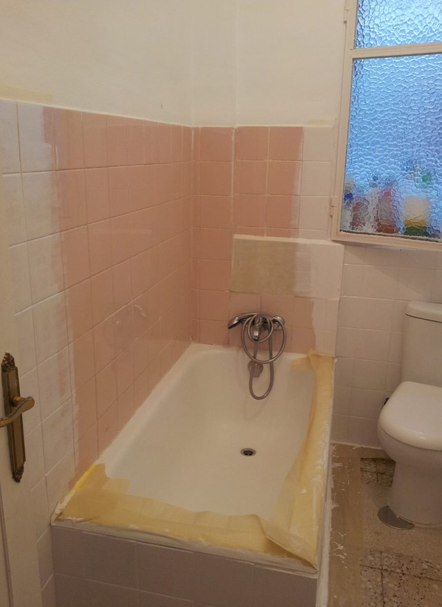 Esto del baño una vez empezados a pintar los azulejos