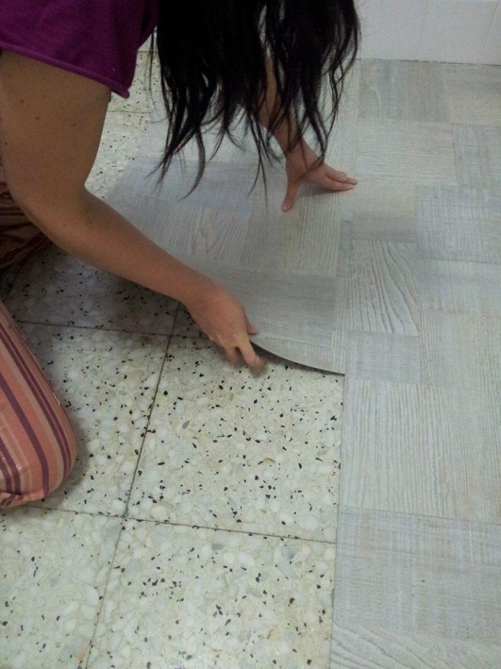 Renovar el suelo de la cocina con losetas de vinilo for Revestimiento vinilico para paredes de banos